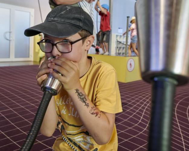 enfant soufflant dans module du musée cité de la voile
